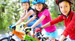 À vélo, le casque est obligatoire pour les enfants de moins de 12 ans.